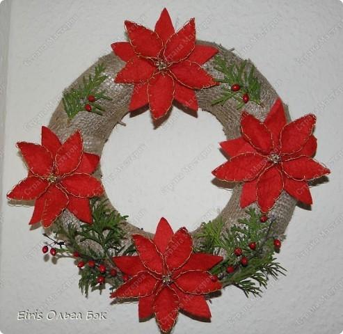 Уже везде ощущается Дух Рождества... И все мы  погружаемся в воспоминания детства и не смотря ни на что чувствуем, где-то в глубине души, чувство детской радости от ожидания какого-то  новогоднего чуда... Запах елки и апельсин... Это чувство всегда возвращается к нам раз в год и возвращает нас, в какой-то мере, в мир безоблачного детства и радости. Наверно поэтому в этом году я так  ответственно подошла к подготовке к этим милым  праздникам. Очень захотелось вернутся  в свое детство, когда с мамой готовились к Новому году заранее. Когда делали украшения все  вместе и самое главное- не в последний момент.Так что и я стала готовится к этому еще с сентября. Покупая  постепенно  материалы, краски и  неся из леса все, что понравится. Шишки, ветки, коряги и тому подобное. С 27 ноября в Германии наступил 1 Адвент. Это значит, что уже официально везде горят с этого дня  новогодние лампы в окнах, украшены елки во дворах. Везде горят свечи, как один из главных атрибутов Рождества...Везде букеты из еловых и сосновых веток... Меня это тоже не обошло стороной...Единственное, что делают позже, так это украшают рождественскую елку дома только накануне рождества 24 декабря. Рождественские звезды-цветы  сделаны из фетра.Так же использовала  веточки от настоящей туи. Мне показалось, что они очень гармонично смотрятся. Цветы к лампе крепила на двух сторонний скотч, чтобы после праздников можно было все безболезненно снять. Веточки туи прикрепила при помощи булавочек. Ветки срезаны более 2-х недель назад, но все такие же зеленые.... фото 3