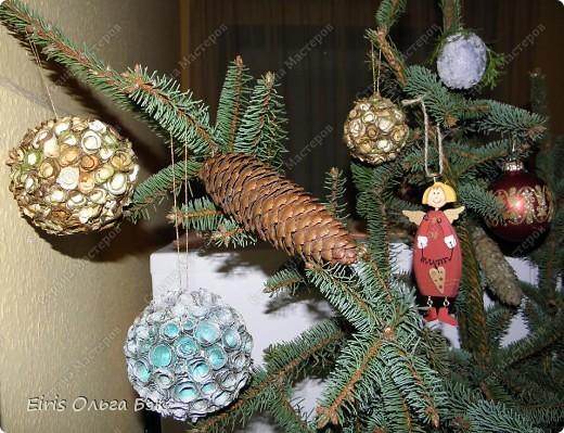 Уже везде ощущается Дух Рождества... И все мы  погружаемся в воспоминания детства и не смотря ни на что чувствуем, где-то в глубине души, чувство детской радости от ожидания какого-то  новогоднего чуда... Запах елки и апельсин... Это чувство всегда возвращается к нам раз в год и возвращает нас, в какой-то мере, в мир безоблачного детства и радости. Наверно поэтому в этом году я так  ответственно подошла к подготовке к этим милым  праздникам. Очень захотелось вернутся  в свое детство, когда с мамой готовились к Новому году заранее. Когда делали украшения все  вместе и самое главное- не в последний момент.Так что и я стала готовится к этому еще с сентября. Покупая  постепенно  материалы, краски и  неся из леса все, что понравится. Шишки, ветки, коряги и тому подобное. С 27 ноября в Германии наступил 1 Адвент. Это значит, что уже официально везде горят с этого дня  новогодние лампы в окнах, украшены елки во дворах. Везде горят свечи, как один из главных атрибутов Рождества...Везде букеты из еловых и сосновых веток... Меня это тоже не обошло стороной...Единственное, что делают позже, так это украшают рождественскую елку дома только накануне рождества 24 декабря. Рождественские звезды-цветы  сделаны из фетра.Так же использовала  веточки от настоящей туи. Мне показалось, что они очень гармонично смотрятся. Цветы к лампе крепила на двух сторонний скотч, чтобы после праздников можно было все безболезненно снять. Веточки туи прикрепила при помощи булавочек. Ветки срезаны более 2-х недель назад, но все такие же зеленые.... фото 23