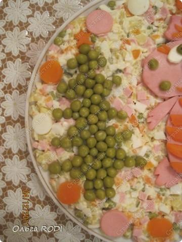 Оливье - самый новогодний салат. А чтобы он соответствовал наступающему году надо бы к нему дракончика сделать, да и ёлочку заодно! фото 3