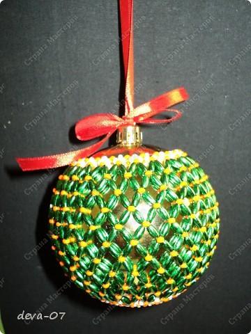 вот такой новогодний шар я обвязала бусинами - рисинами и бисером. фото 2
