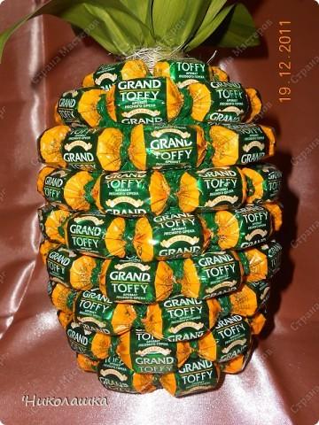 Увидела однажды в интернете ананас из конфет и заболела! Стала интересоваться как это делается, и что это за техника и что еще можно сотворить из конфет.  Оказалось, что это свит-дизайн, который покорил и захлестнул меня всецело!  фото 11