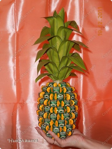 Увидела однажды в интернете ананас из конфет и заболела! Стала интересоваться как это делается, и что это за техника и что еще можно сотворить из конфет.  Оказалось, что это свит-дизайн, который покорил и захлестнул меня всецело!  фото 1