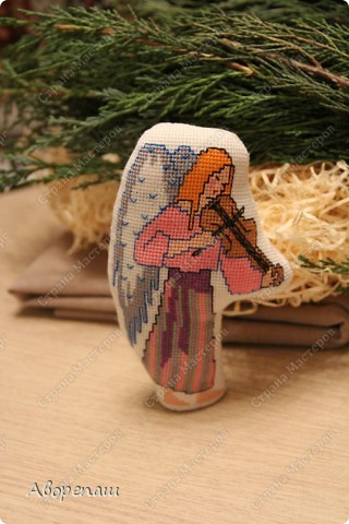 Моя свекровь очень любит вышивать крестиком, я правда тоже, но не настолько и времени на это занятие практически нету. И вот привезла мне вышивки для композиции на рождество и поручила оформить. фото 10