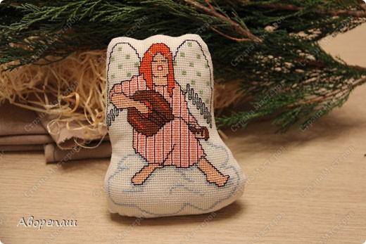 Моя свекровь очень любит вышивать крестиком, я правда тоже, но не настолько и времени на это занятие практически нету. И вот привезла мне вышивки для композиции на рождество и поручила оформить. фото 12