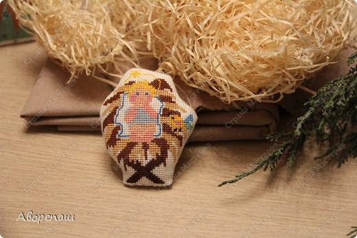 Моя свекровь очень любит вышивать крестиком, я правда тоже, но не настолько и времени на это занятие практически нету. И вот привезла мне вышивки для композиции на рождество и поручила оформить. фото 3