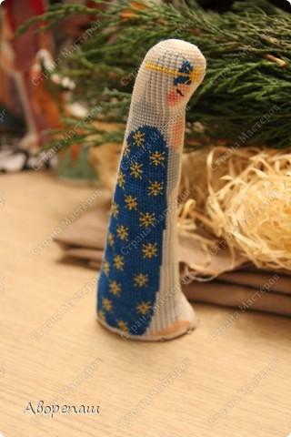 Моя свекровь очень любит вышивать крестиком, я правда тоже, но не настолько и времени на это занятие практически нету. И вот привезла мне вышивки для композиции на рождество и поручила оформить. фото 5