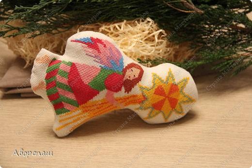 Моя свекровь очень любит вышивать крестиком, я правда тоже, но не настолько и времени на это занятие практически нету. И вот привезла мне вышивки для композиции на рождество и поручила оформить. фото 8