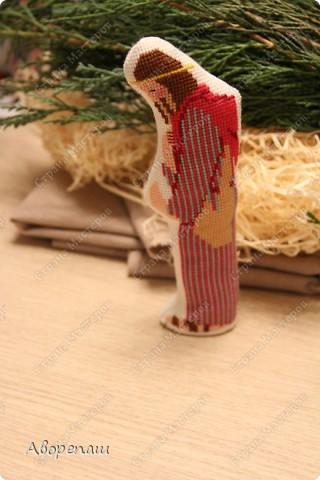 Моя свекровь очень любит вышивать крестиком, я правда тоже, но не настолько и времени на это занятие практически нету. И вот привезла мне вышивки для композиции на рождество и поручила оформить. фото 9