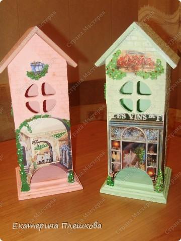 Посетила я МК по декупажу чайного домика. Розовенький я делала на МК.  Зелененький самостоятельно.