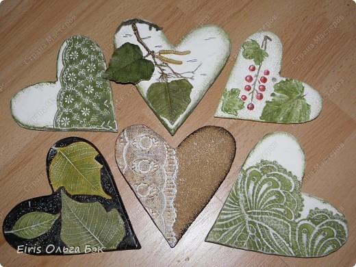 Вот такие сердечки у меня получились из гипса при помощи пластилиновых отпечатков. фото 1