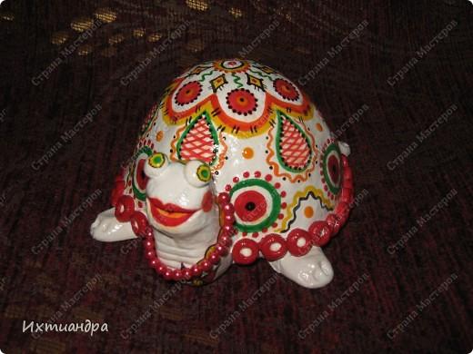 Я коллекционирую черепашек и захотелось сделать такую.... такую.... Ну чтобы ни у кого такой не было! :-)) И вот, представляю Вам черепашку Дуняшу - в стиле дымковской игрушки. Получилась нарядная, румяная и с косичкой - настоящая русская красавица! )) фото 2