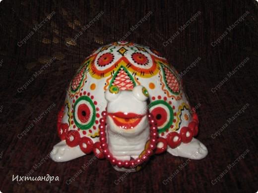 Я коллекционирую черепашек и захотелось сделать такую.... такую.... Ну чтобы ни у кого такой не было! :-)) И вот, представляю Вам черепашку Дуняшу - в стиле дымковской игрушки. Получилась нарядная, румяная и с косичкой - настоящая русская красавица! )) фото 4