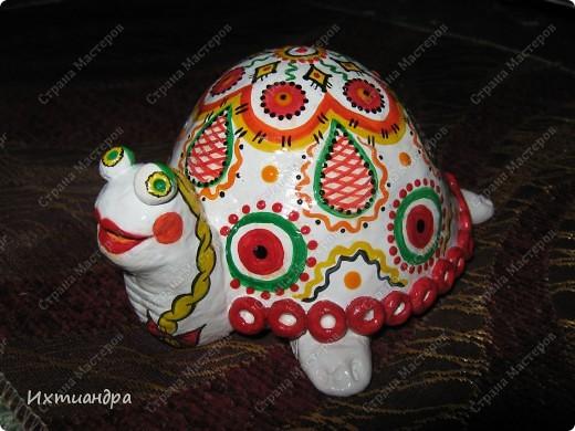Я коллекционирую черепашек и захотелось сделать такую.... такую.... Ну чтобы ни у кого такой не было! :-)) И вот, представляю Вам черепашку Дуняшу - в стиле дымковской игрушки. Получилась нарядная, румяная и с косичкой - настоящая русская красавица! )) фото 1