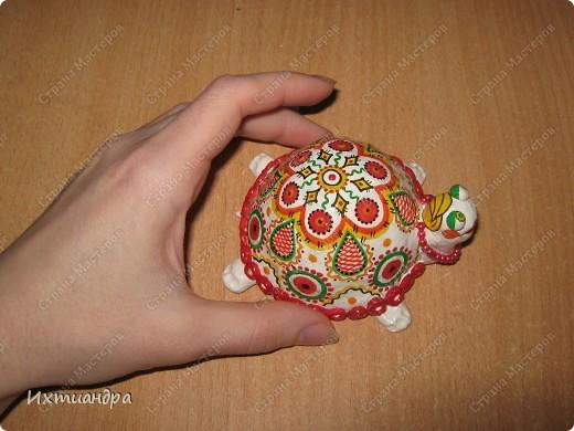Я коллекционирую черепашек и захотелось сделать такую.... такую.... Ну чтобы ни у кого такой не было! :-)) И вот, представляю Вам черепашку Дуняшу - в стиле дымковской игрушки. Получилась нарядная, румяная и с косичкой - настоящая русская красавица! )) фото 8