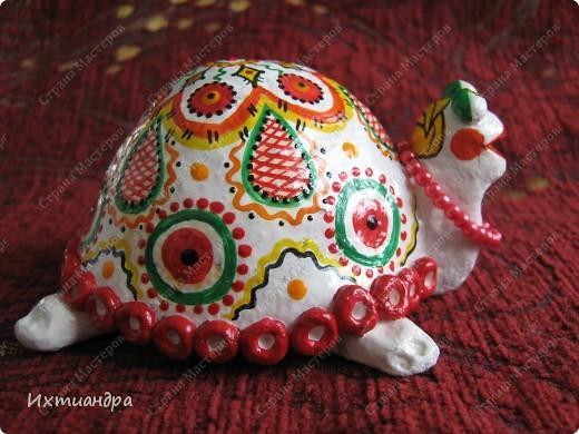 Я коллекционирую черепашек и захотелось сделать такую.... такую.... Ну чтобы ни у кого такой не было! :-)) И вот, представляю Вам черепашку Дуняшу - в стиле дымковской игрушки. Получилась нарядная, румяная и с косичкой - настоящая русская красавица! )) фото 5