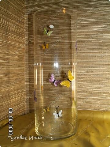 Решила своей подружке подарить на день рождение вазу.Сколько раз я ее начинала расписывать... и столько же мне не нравился результат))) В итоге остановилась на таких блестящих бабочках)))) фото 1