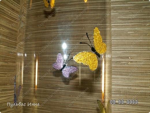 Решила своей подружке подарить на день рождение вазу.Сколько раз я ее начинала расписывать... и столько же мне не нравился результат))) В итоге остановилась на таких блестящих бабочках)))) фото 2