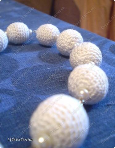 И снова у меня вязаные бусинки))) Вот такие белые бусики на этот раз с маленькими жемчужными бусинками. фото 2