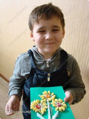Примите дорогие женщины от наших ребяток первые весенние цветы. И улыбки детей тоже для вас! Это Максим и его букетик! фото 1