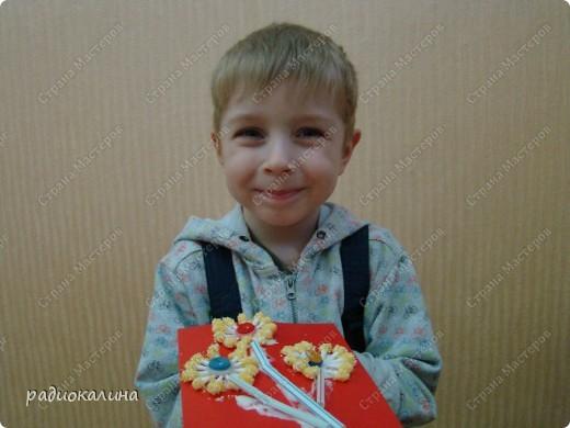 Примите дорогие женщины от наших ребяток первые весенние цветы. И улыбки детей тоже для вас! Это Максим и его букетик! фото 6
