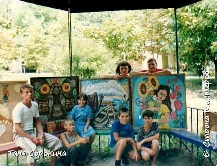 """Хочу вам показать самое начало техники пейп-арт.  Я уже писала, что техника пейп-арт придумана ещё в 2000 году, но тогда она называлась """"салфеточная пластика"""", а нить я придумала  в 2006 году, зимой в своей студии """"Акварель""""...  Летом я уже 12 лет подряд работаю в Оздоровительном центре для детей-сирот """"Орлёнок"""", на Чёрном море в Рыбаковке. Там я с детьми придумала много разных работ в салфеточной пластике, это солнышко сделано в технике """"велюр"""". фото 9"""