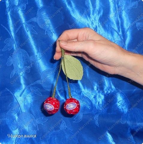 Вот нарисовались еще такие маленькие пустячки у меня из конфеток: смородина, вишенки, и цветочки. Но цветочки уже не мои, а дочерей, делали в подарок учительнице на 8 марта. Белый делала Анюта, ей 13 лет, а поменьше, напоминающий флаг России, сделан из чупа-чупсика Машенькой 6-ти лет. фото 5