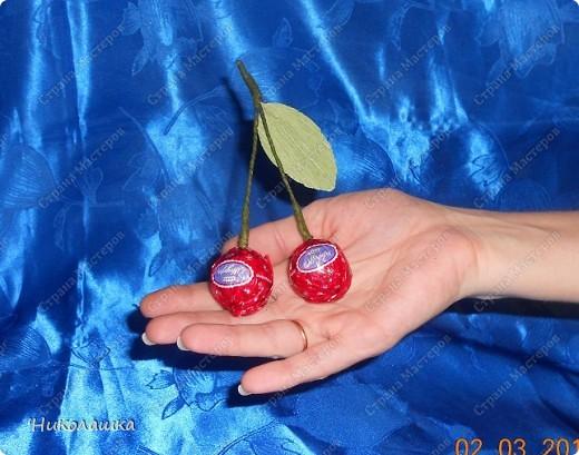 Вот нарисовались еще такие маленькие пустячки у меня из конфеток: смородина, вишенки, и цветочки. Но цветочки уже не мои, а дочерей, делали в подарок учительнице на 8 марта. Белый делала Анюта, ей 13 лет, а поменьше, напоминающий флаг России, сделан из чупа-чупсика Машенькой 6-ти лет. фото 6