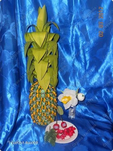 Вот нарисовались еще такие маленькие пустячки у меня из конфеток: смородина, вишенки, и цветочки. Но цветочки уже не мои, а дочерей, делали в подарок учительнице на 8 марта. Белый делала Анюта, ей 13 лет, а поменьше, напоминающий флаг России, сделан из чупа-чупсика Машенькой 6-ти лет. фото 7
