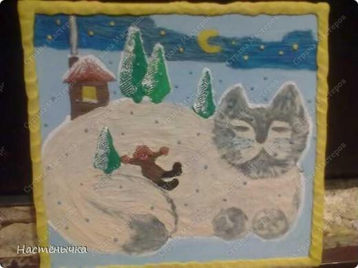 """Нам дали в саду задание - нарисовать картину на тему """"Хозяин снегов"""". Мы подошли к этому заданию коллективно. Маме принадлежала идея сделать картину из пластилина. Папа придумал концепцию картины, набросал эскиз и сделал нам панно из картонной коробки. Пришлось пожертвовать новtymrjq коробкой из-под зимних сапог мамы. Ну. чего не сделаешь для искусства))) Вместе с Егоркой мы трудились над работой долгих три дня. Для самых мелких деталей Егорушкины пальчики оказались самыми точными.  фото 2"""