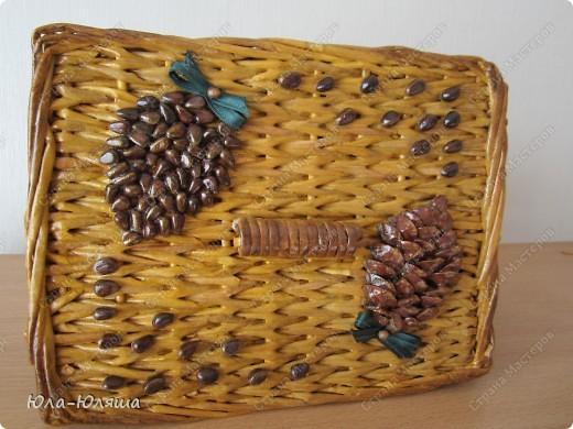 сплела корзинку из трубочек газетных, красила трубочки морилкой водной лиственница+клен и палисандр+мокко фото 2