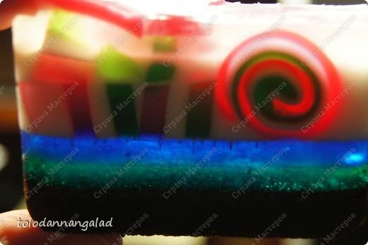 """Всем доброго дня!!! Представляю вашему вниманию мыло в нарезку под названием """"Итальяномания"""") название вследствие того, что рулетик и кубики внутри мыла имеют цвета итальянского флага) Мыло обогащено касторовым маслом и имеет аромат ванили цветочной и Kenzo  Нижний слой с кофе, придает скрабящий эффект фото 5"""