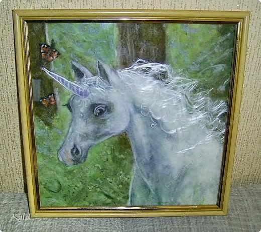 """Моя племянница ( 7 лет), очень любит лошадей всевозможных и особенно единорогов. Это мой подарок для нее к 8 марта. Картина из шерсти """"Единорог"""". Сделала как обычно: мокрая основа, а на ней выложено все по-сухому и слегка кое-где прибито иголочкой, чтобы не разлеталось.. Размер 25 х 25 см. фото 2"""