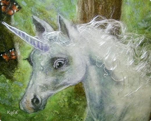 """Моя племянница ( 7 лет), очень любит лошадей всевозможных и особенно единорогов. Это мой подарок для нее к 8 марта. Картина из шерсти """"Единорог"""". Сделала как обычно: мокрая основа, а на ней выложено все по-сухому и слегка кое-где прибито иголочкой, чтобы не разлеталось.. Размер 25 х 25 см. фото 3"""
