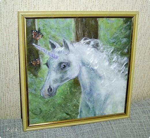 """Моя племянница ( 7 лет), очень любит лошадей всевозможных и особенно единорогов. Это мой подарок для нее к 8 марта. Картина из шерсти """"Единорог"""". Сделала как обычно: мокрая основа, а на ней выложено все по-сухому и слегка кое-где прибито иголочкой, чтобы не разлеталось.. Размер 25 х 25 см. фото 1"""