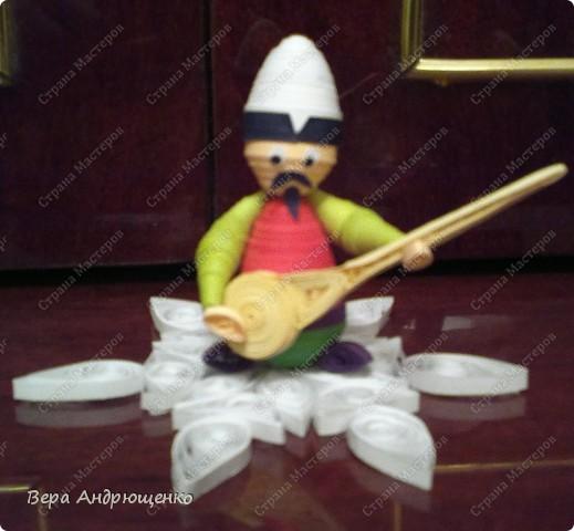 Комузист. Комуз- национальный струнный инструмент кыргызов. Очень мне захотелось исполнить его в технике квиллинг.И вот, что у меня получилось. фото 1