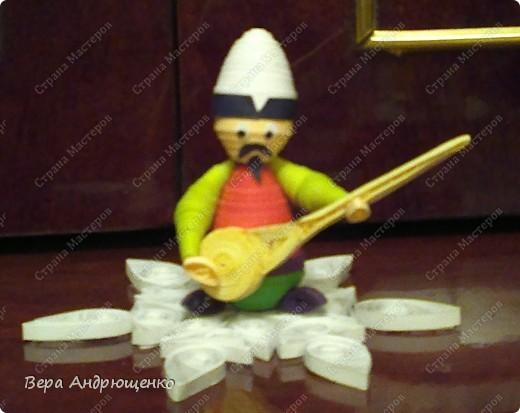 Комузист. Комуз- национальный струнный инструмент кыргызов. Очень мне захотелось исполнить его в технике квиллинг.И вот, что у меня получилось. фото 2
