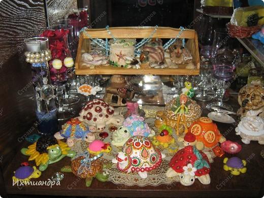 Я коллекционирую черепашек и захотелось сделать такую.... такую.... Ну чтобы ни у кого такой не было! :-)) И вот, представляю Вам черепашку Дуняшу - в стиле дымковской игрушки. Получилась нарядная, румяная и с косичкой - настоящая русская красавица! )) фото 11