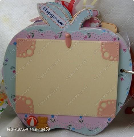 Альбом для малышки, в виде яблока. Полностью ручная работа. Основа страничек из картона толщиной 2мм, диаметр  примерно 15см. Шаблон яблока нашла на просторах интернета, но можно и самим подобное нарисовать.  фото 11