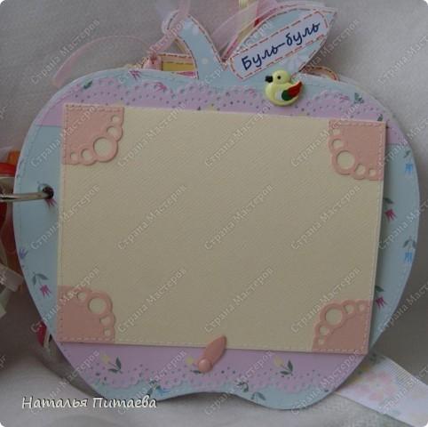 Альбом для малышки, в виде яблока. Полностью ручная работа. Основа страничек из картона толщиной 2мм, диаметр  примерно 15см. Шаблон яблока нашла на просторах интернета, но можно и самим подобное нарисовать.  фото 12