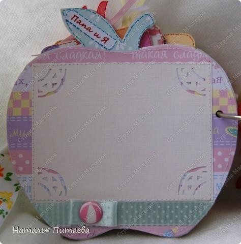 Альбом для малышки, в виде яблока. Полностью ручная работа. Основа страничек из картона толщиной 2мм, диаметр  примерно 15см. Шаблон яблока нашла на просторах интернета, но можно и самим подобное нарисовать.  фото 5