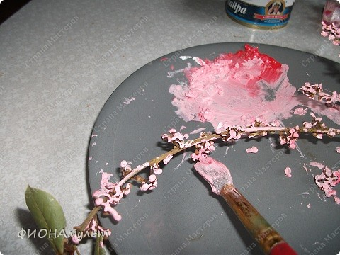 Такую веточку сакуры можно сделать с совсем маленькими детьми.  1.Ветка лавра(купила на рынке)овобождается об листиков. фото 3