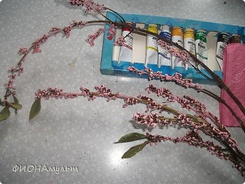 Такую веточку сакуры можно сделать с совсем маленькими детьми.  1.Ветка лавра(купила на рынке)овобождается об листиков. фото 4