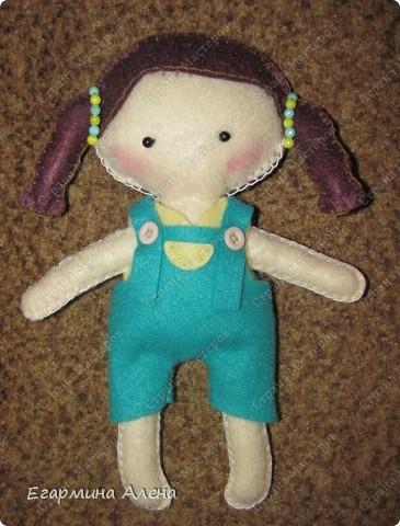 Эту фетровую куколку я сшила из готового набора для детей. Мама мне показывала, как это делать, какие швы и в каком порядке пришивать детали. Очень понравилось шить.