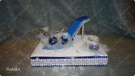 Дорогие мастера и мастерицы, выставляю на ваш суд свой вариант туфельки с конфетами. Для профессионалов свит-дизайна она наверное покажется примитивной, и полетят в меня тапки! Сразу скажу,  не было цели засыпать сию обувь конфетами, а наоборот, надо было сделать акцент именно на туфле! вот и родилось такое... дело в том, что одариваемая имеет прямое отношение к одной обувной компании, поэтому пришлось в подарок изобретать что то интересное и близкое по теме. С розочками  и другими цветочками из бумаги я не дружу, украсила по-другому. фото 6