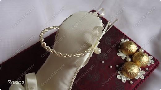 Дорогие мастера и мастерицы, выставляю на ваш суд свой вариант туфельки с конфетами. Для профессионалов свит-дизайна она наверное покажется примитивной, и полетят в меня тапки! Сразу скажу,  не было цели засыпать сию обувь конфетами, а наоборот, надо было сделать акцент именно на туфле! вот и родилось такое... дело в том, что одариваемая имеет прямое отношение к одной обувной компании, поэтому пришлось в подарок изобретать что то интересное и близкое по теме. С розочками  и другими цветочками из бумаги я не дружу, украсила по-другому. фото 21