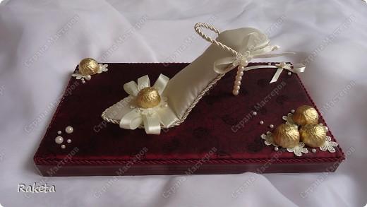Дорогие мастера и мастерицы, выставляю на ваш суд свой вариант туфельки с конфетами. Для профессионалов свит-дизайна она наверное покажется примитивной, и полетят в меня тапки! Сразу скажу,  не было цели засыпать сию обувь конфетами, а наоборот, надо было сделать акцент именно на туфле! вот и родилось такое... дело в том, что одариваемая имеет прямое отношение к одной обувной компании, поэтому пришлось в подарок изобретать что то интересное и близкое по теме. С розочками  и другими цветочками из бумаги я не дружу, украсила по-другому. фото 14