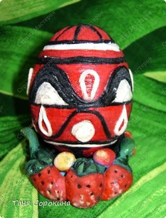 Дорогие друзья! Я сегодня расскажу вам , как делать яйца-мотанки в моей технике пейп-арт. Назвала я их так, потому что ниточки  пейп-арта мы обматываем вокруг пустой скорлупы яйца. фото 7