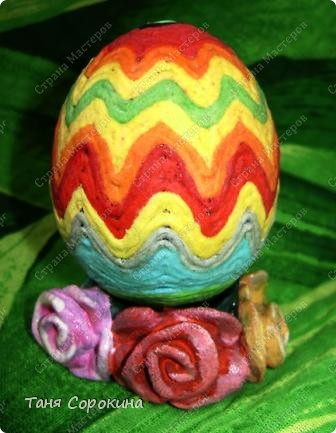 Дорогие друзья! Я сегодня расскажу вам , как делать яйца-мотанки в моей технике пейп-арт. Назвала я их так, потому что ниточки  пейп-арта мы обматываем вокруг пустой скорлупы яйца. фото 9
