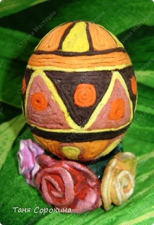Дорогие друзья! Я сегодня расскажу вам , как делать яйца-мотанки в моей технике пейп-арт. Назвала я их так, потому что ниточки  пейп-арта мы обматываем вокруг пустой скорлупы яйца. фото 10