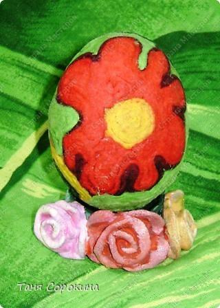 Дорогие друзья! Я сегодня расскажу вам , как делать яйца-мотанки в моей технике пейп-арт. Назвала я их так, потому что ниточки  пейп-арта мы обматываем вокруг пустой скорлупы яйца. фото 16